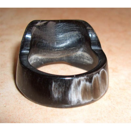 Thumb ring of horn